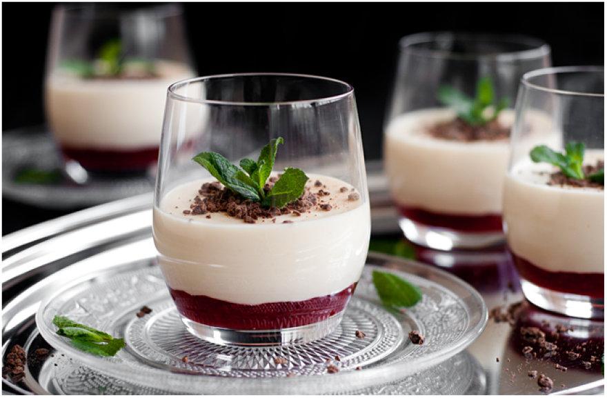 Baltojo šokolado pudingas su braškėmis