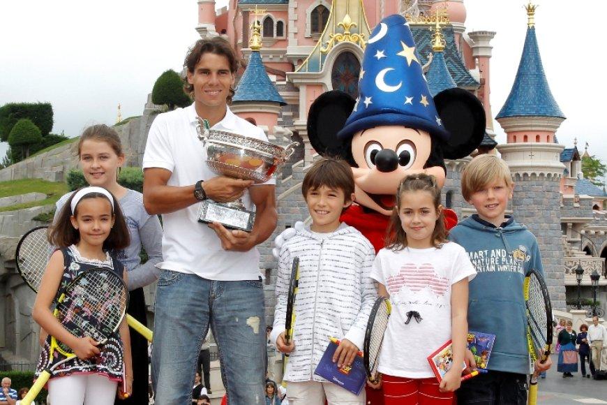 """Rafaelis Nadalis po triumfo """"French Open"""" apsilankė Disneylande"""