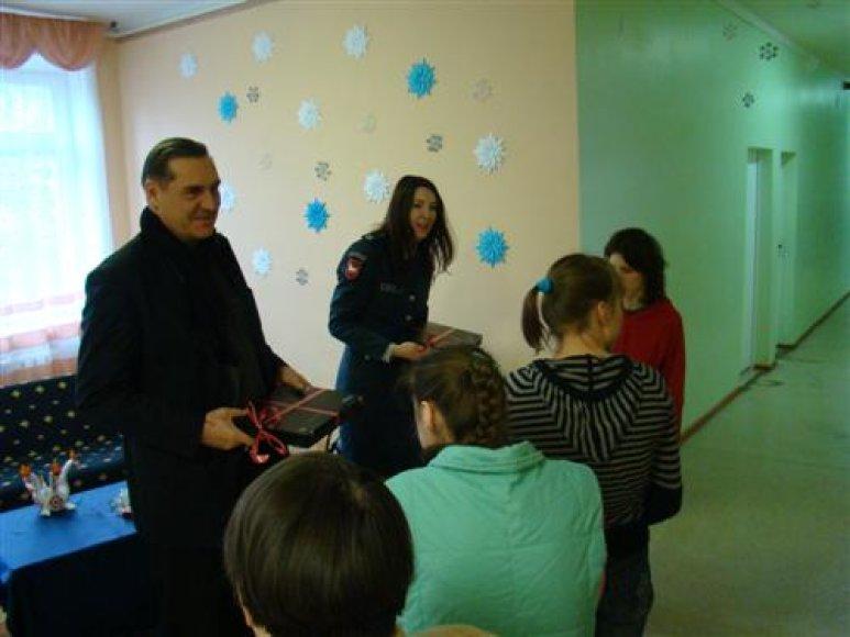 Algirdas Kaušpėdas ir policijos pareigūnai vaikams įteikė kompiuterius