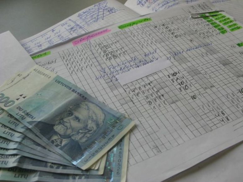 """Mokesčių inspektoriai sulaukia vis daugiau pranešimų apie """"vokeliuose"""" mokamus atlyginimus."""
