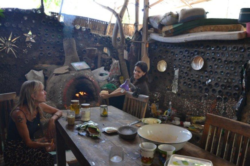 Kartu su šeimininke kepam duoną