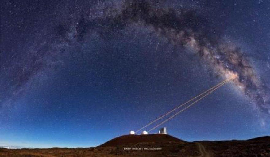 Teleskopai iš Havajų Kecko observatorijos naudoja galingą technologiją, vadinamą adaptine optika, kuri leido astronomams išaiškinti G2 kilmę