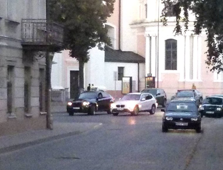 BMW prie bažnyčios