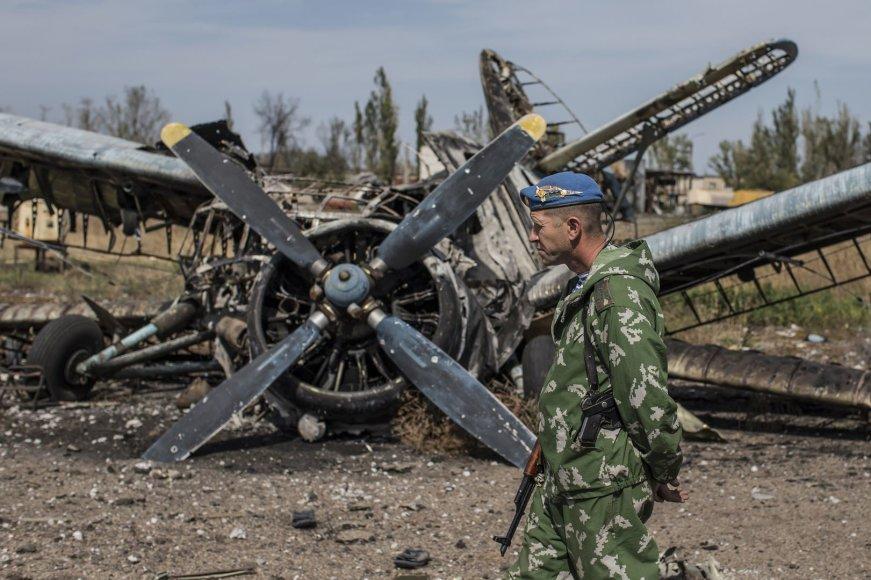 Prorusiškas terorirstas eina šalia sunaikinto lėktuvo