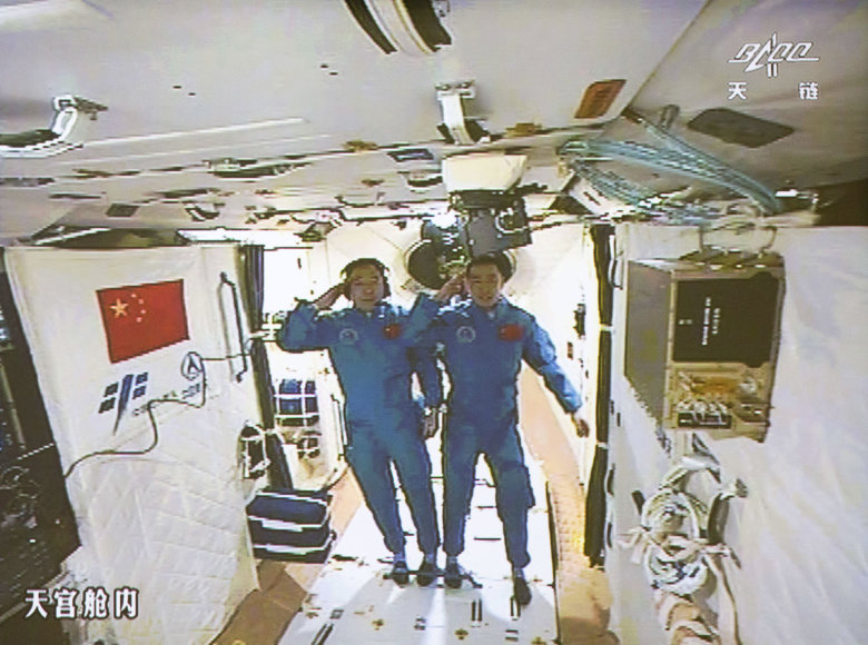 Du kinų astronautai įsikūrė šalies eksperimentinėje orbitinėje laboratorijoje