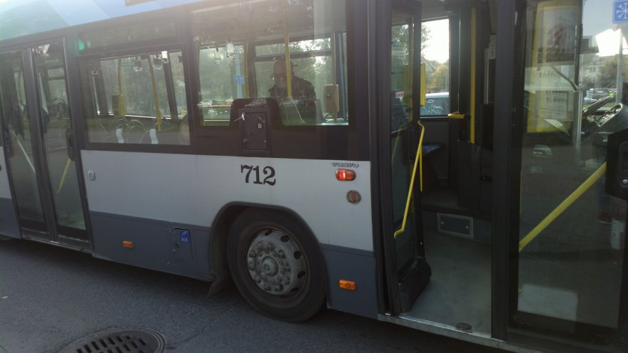 Vilniuje, Konstitucijos pr. susidūrė lengvasis automobilis ir autobusas