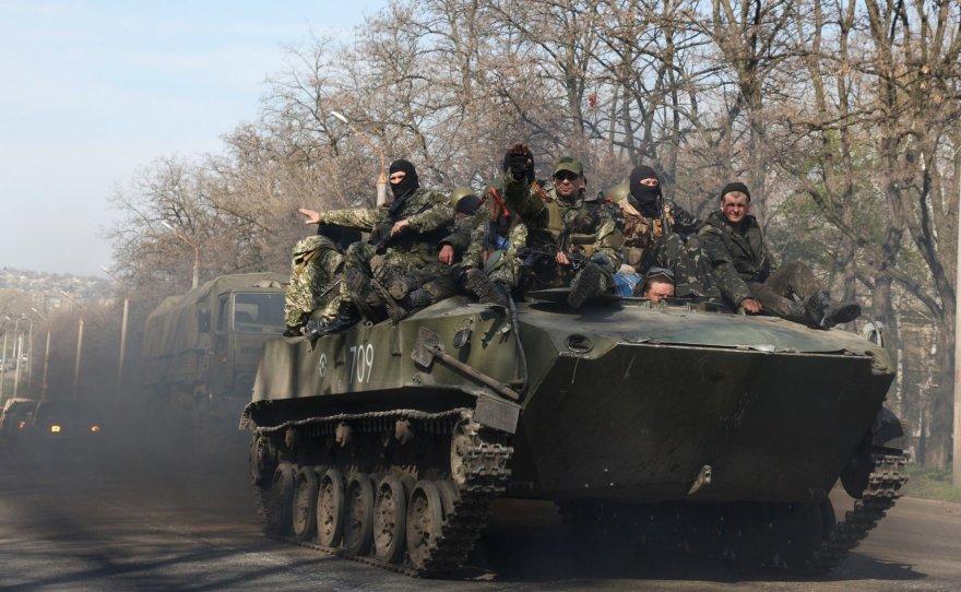 """Rusų šarvuočai su """"žaliais žmogeliukais"""" netoli Kramtorsko miesto"""