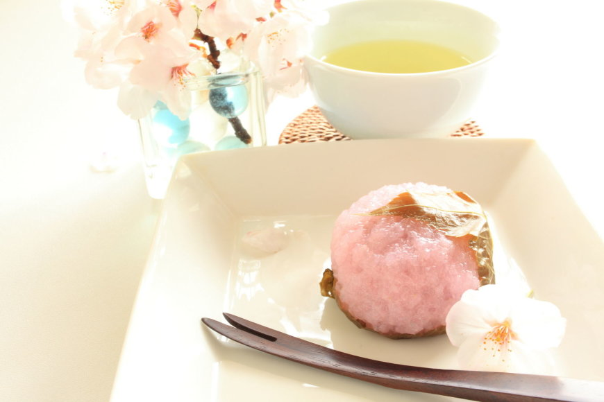 """Rausvas ryžių pyragėlis """"Sakura Mochi""""."""