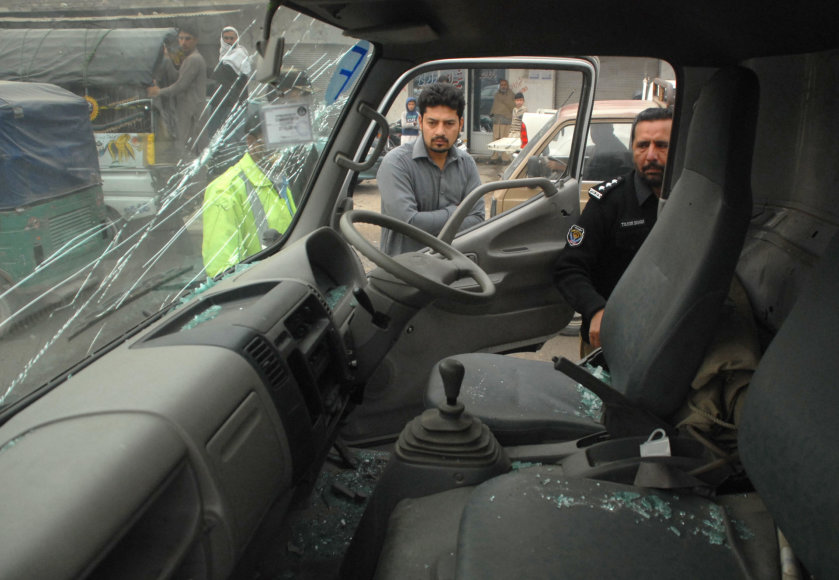 Bomba sprogo prie policijos automobilio