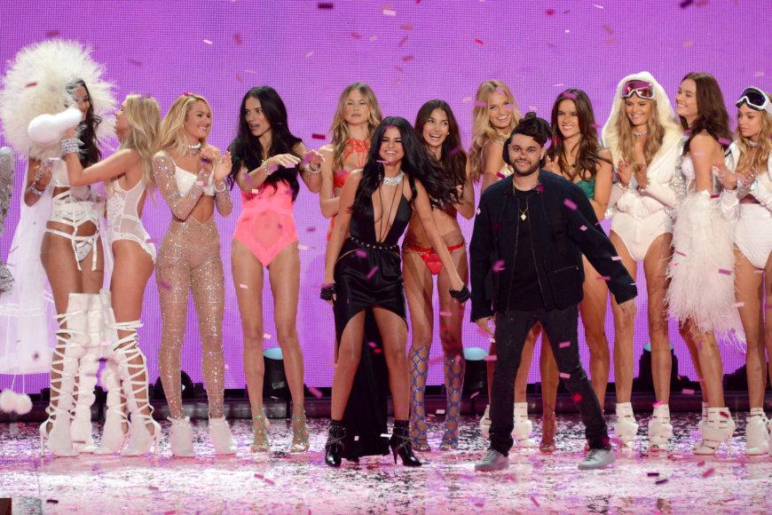 "Selena Gomez ir The Weeknd per ""Victoria's Secret"" šou 2015 metais"