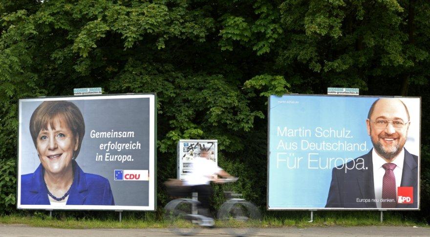 Iš rinkimų plakatų žvelgia Vokietijos kanclerė Angela Merkel ir Europos Parlamento pirmininkas Martinas Schulzas