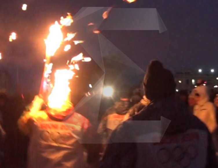 Olimpinės ugnies nešimas baigėsi incidentu