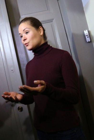 Marija Gaidar kalba su žurnalistais prie savo namų durų.