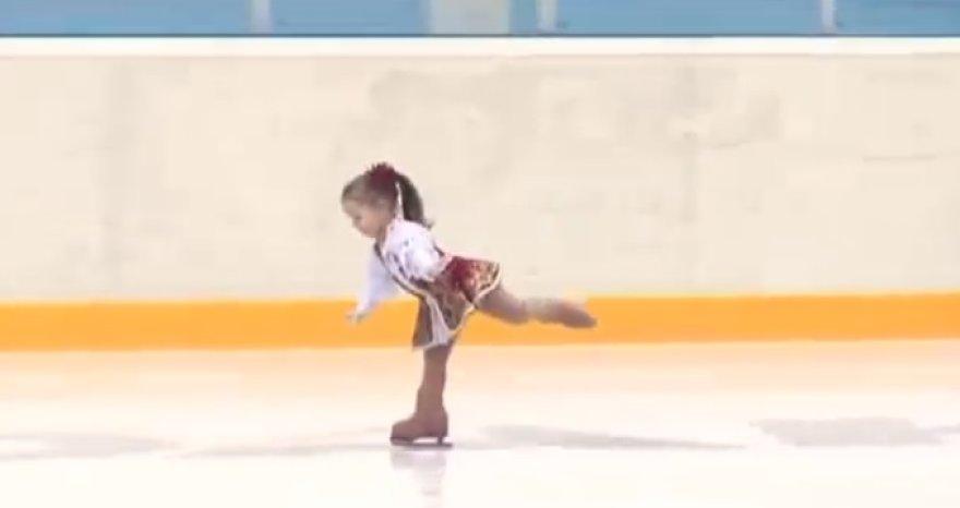 2,5 metų mergaitė puikiai jaučiais ant pačiūžų