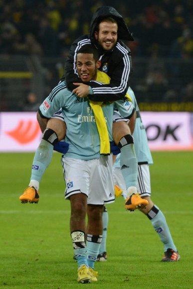 """""""Hamburg"""" žaidėjai Dennisas Aogo ir Rafaelis van der Vaart džiaugiasi pergale"""