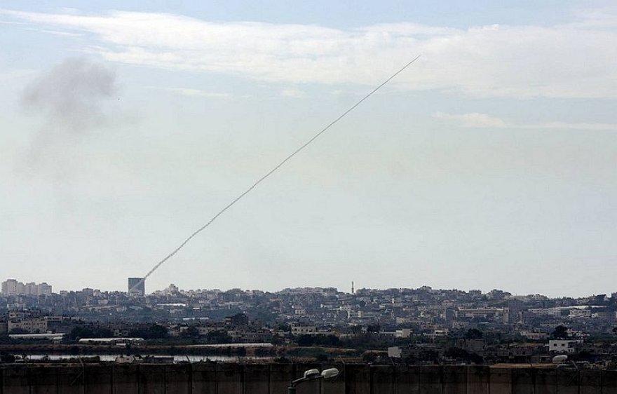 Iš Gazos ruožo į Izraelio teritoriją skriejanti raketa