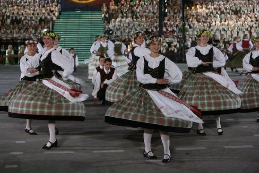"""Dainas, šokius ir liaudies muzikantus apjungiantis ansamblių vakaras šiemet simboliškai  pavadintas """"Metai"""". Šventėje į metų ciklą buvo pažvelgta per lietuvių liaudies kūrybą, prisimenant svarbiausius istorinius faktus."""