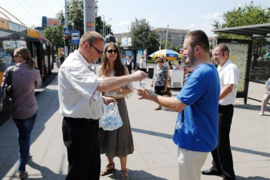 Kontrolieriai viešojo transporto stotelėse per dvi dienas išdalino beveik 4500 butelių vandens.