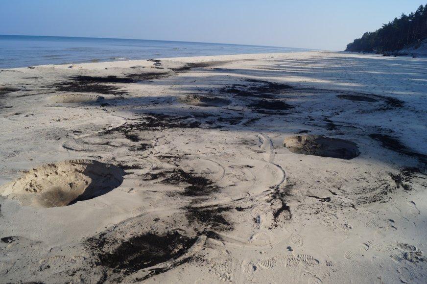 Gintaro ieškotojų paliktos duobės Lenkijos paplūdimiuose