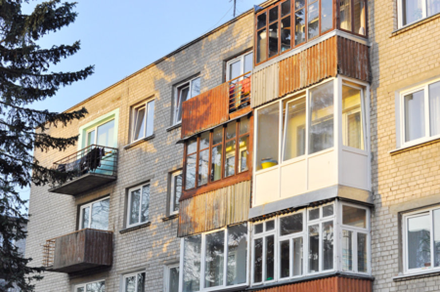 """Toks balkonų """"kaleidoskopas"""" įprastas Kretingos mieste."""