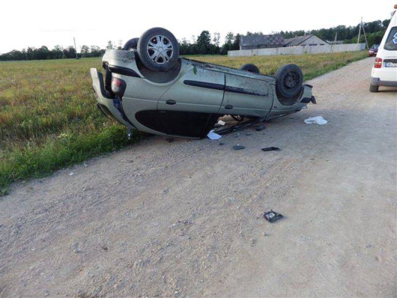 """Birželio 15 d. apie 19 val. 25 min. Mažeikių rajono Tulnikių kaimo žvyrkelyje automobilis """"Renault Megane Scenic"""" kelio vingyje nuvažiavo nuo kelio ir apvirto."""