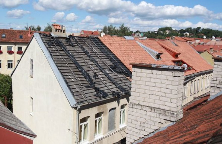Jau pusantrų metų Kurpių gatvės gyventojai vargsta gyvendami po nurengtu stogu.