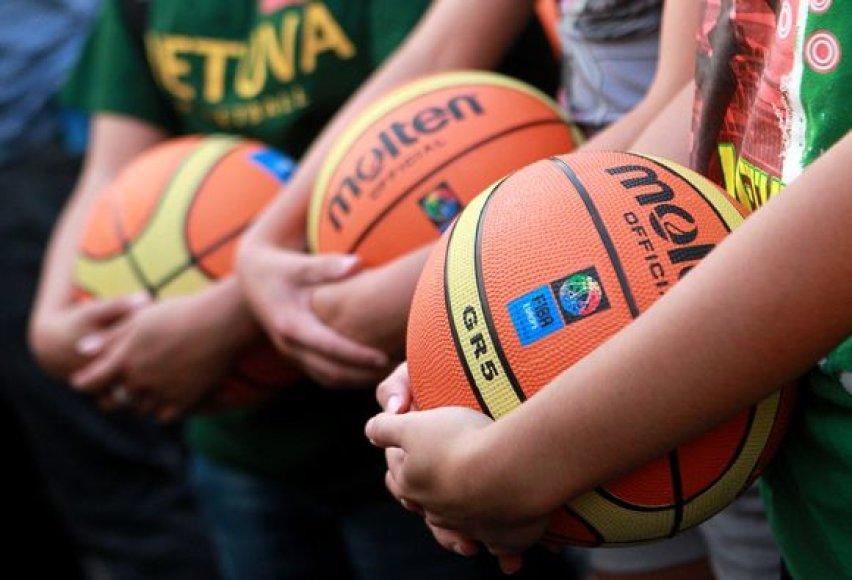 Lietuvos krepšinio sirgaliai siekė pasaulio kamuolio mušinėjimo rekordo.