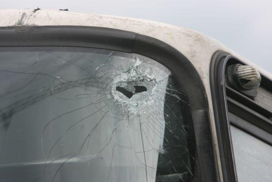 Išdaužtas priekinis langas.