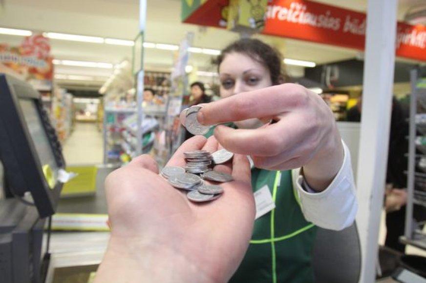 Prekybininkai pripažįsta: balti centai kartais apsunkina kasininkų darbą, bet praverčia akcijų metu nustatant patrauklias kainas.