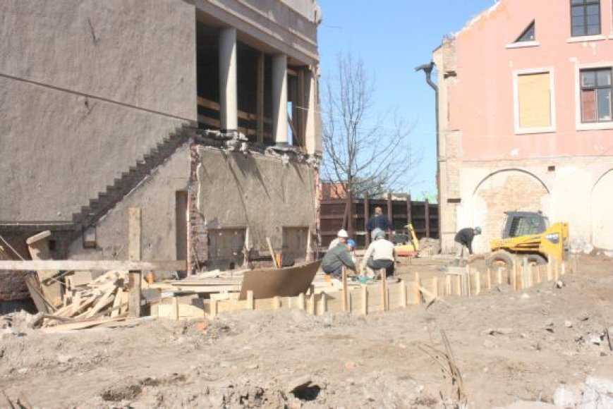 Įrengti pamatai priestatui, šiais metais turi atsirasti ir sienos.