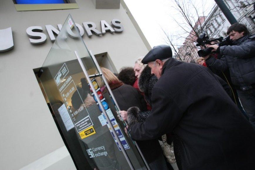 """Žmonės laukia eilėje prie """"Snoro"""" banko Gedimino prospekte."""