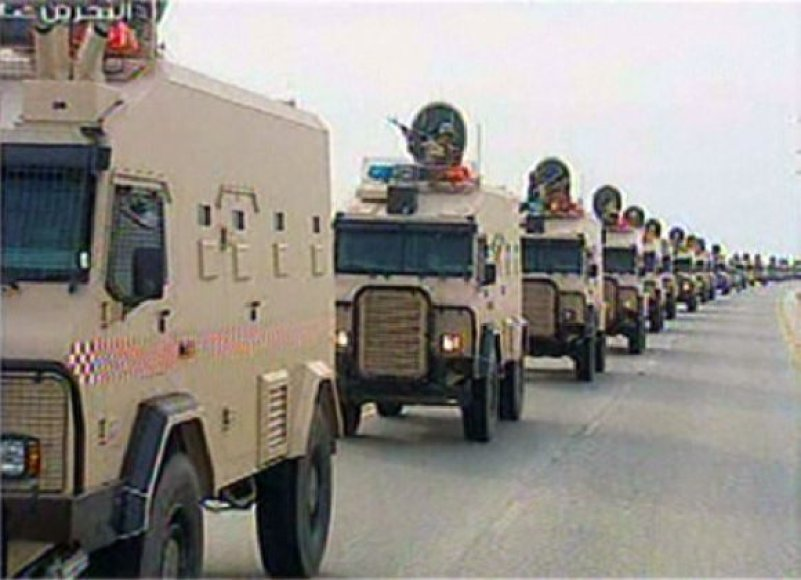 Saudo Arabijos kariuomenė įvažiuoja į Bahreiną.
