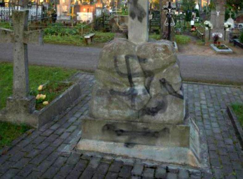 Išniekintas paminklas