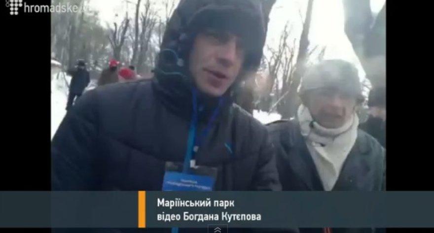 """""""Tituškos"""" Ukrainoje tiesioginiame eteryje užpuolė žurnalistą."""