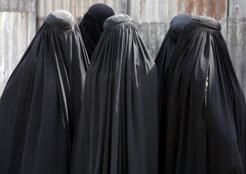 Saudo Arabijos moterys su burkomis