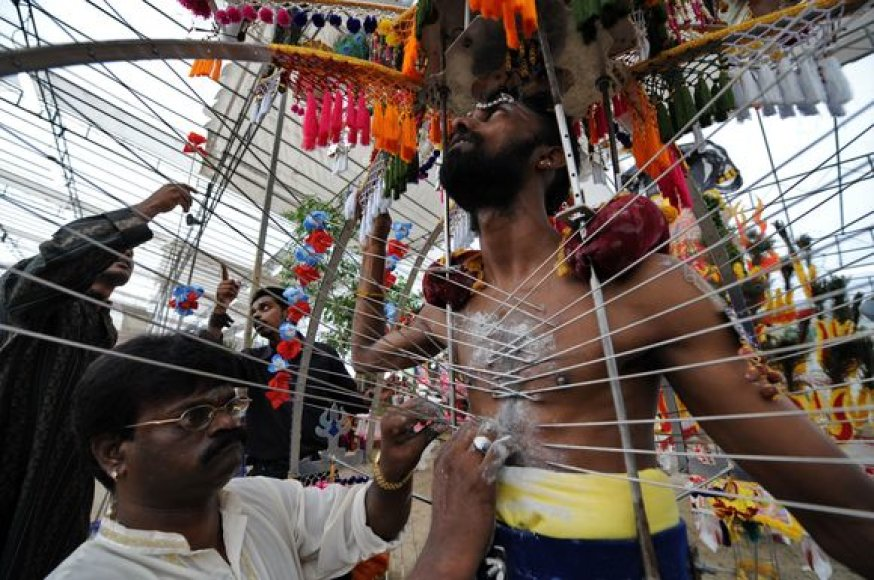 """Kvala Lumpūre, Malaizijos sostinėje, švenčiamas kasmetinis """"Thaipusam"""" festivalis. Jis skirtas paminėti jauniausio dievo Šivos ir jos žmonos deivės Parvatės sūnaus Murugano gimimą."""