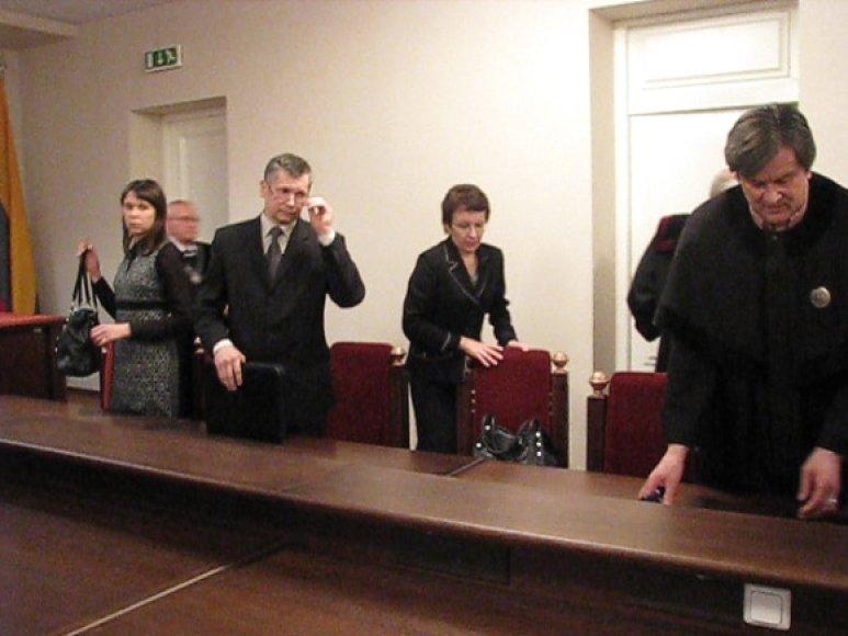 Savickų šeima su ketvirtojo teisiamojo advokatu R.Andrikiu (dešinėje).