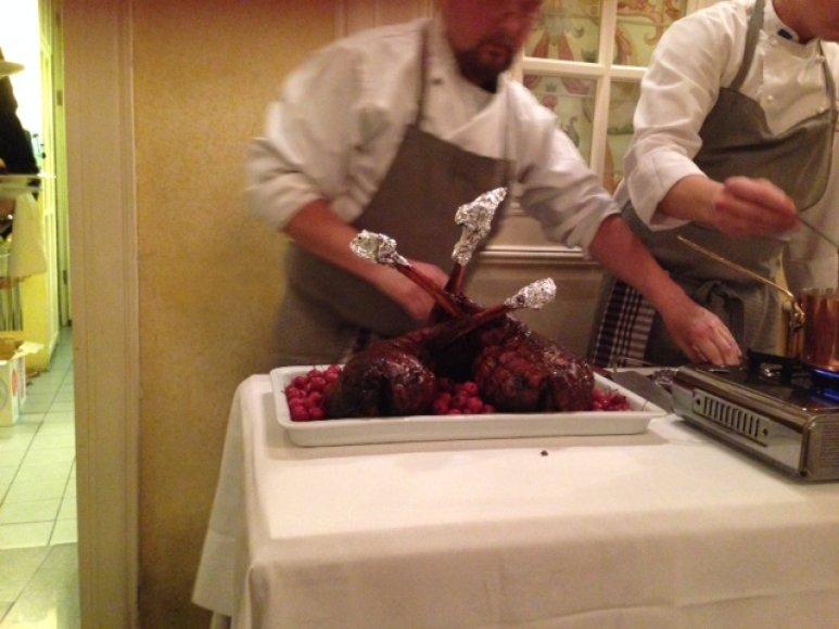 Keptas stirnienos kumpis su troškintais raudongūžiais kopūstais ir obuoliais