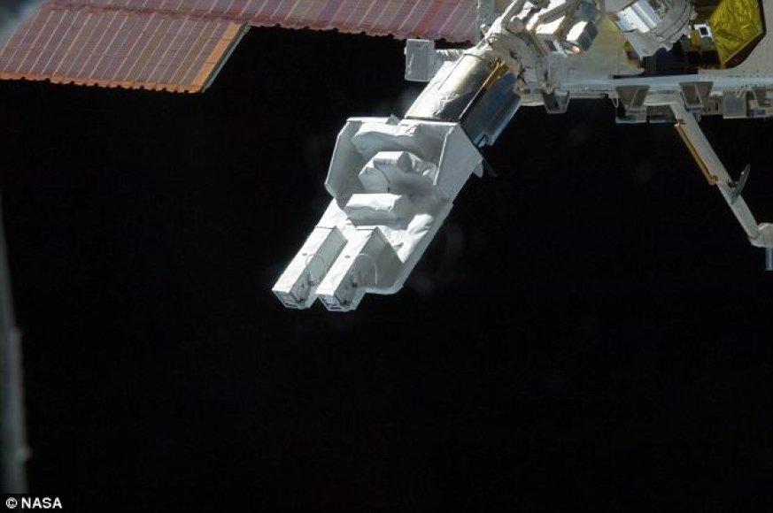 Robotinė TKS ranka paleidžia mažąjį palydovą