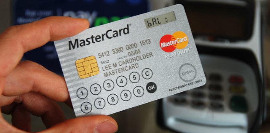 """""""MasterCard"""" kortelė su ekranu ir klaviatūra."""