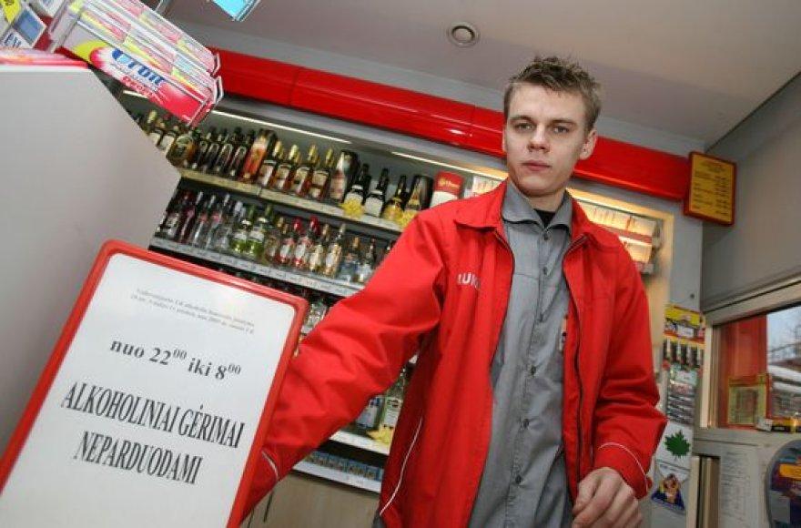 """""""Lukoil"""" degalinėse apie alkoholio prekybos ribojimą klientai informuojami specialiais užrašais."""