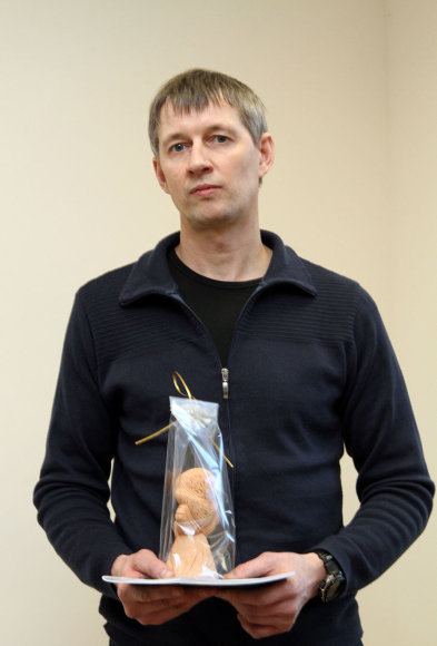 Šiaulių rajono policijos komisariate Angelo sargo statulėlė įteikta S.Daukanto gimnazijos kūno kultūros mokytojui Raimundui Jaseliūnui, kuris sutramdė girtą vairuotoją.