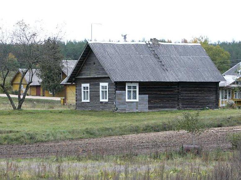 Didžioji dalis pastatų Lietuvos kaimuose iki šiol dengti šiferiu, gaminamu iš asbesto