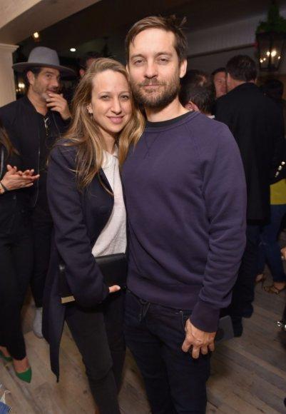 """AFP/""""Scanpix"""" nuotr./Tobey Maguire'as su žmona Jennifer Meyer"""