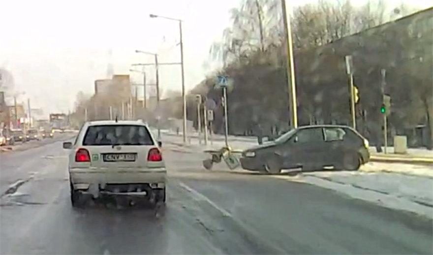 Nesuvaldytas automobilis (dešinėje)