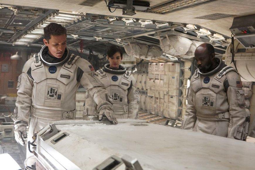 """Matthew McConaughey, Anne Hathaway ir Davidas Oyelowo filme """"Tarp žvaigždžių"""""""