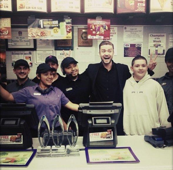 """Justinas Timberlake'as """"Taco Bell"""" užkandinėje"""