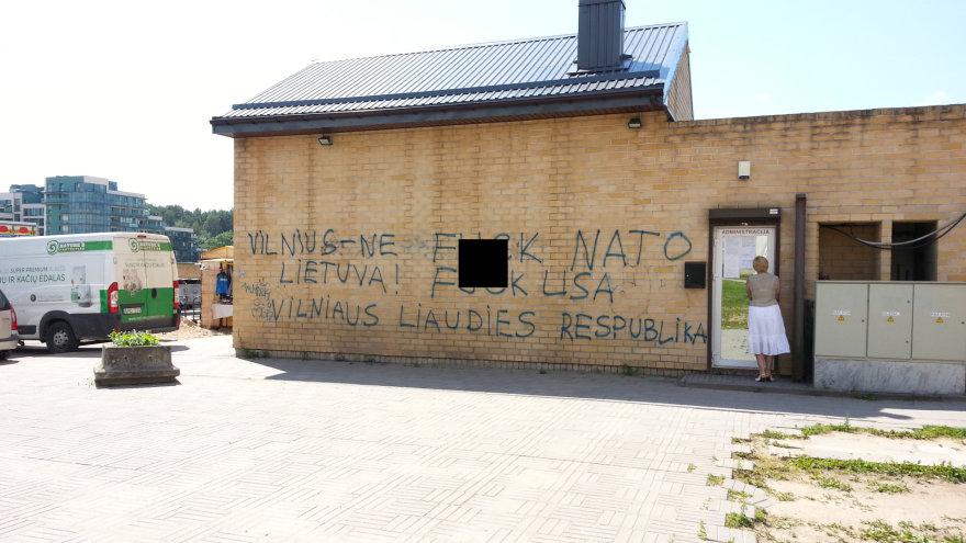 Užrašas ant Justiniškių turgelio sienos