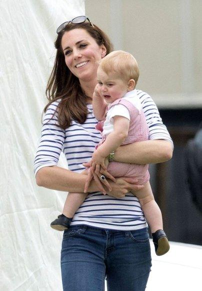 Kembridžo hercogienė Catherine su sūnumi George'u