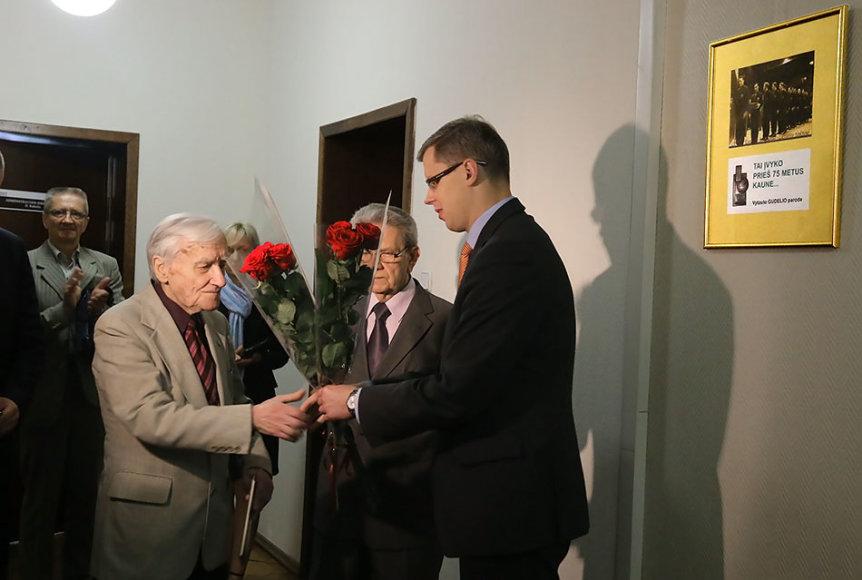Parodos iniciatorių Vytautą Gudelį sveikina Kauno meras Andrius Kupčinskas